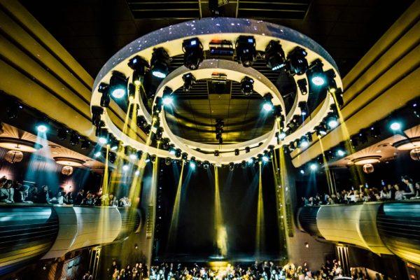 Sala Pelícano por la noche